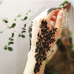 Image may contain: one or more people and closeup Arabic Henna Designs, Eid Mehndi Designs, Modern Mehndi Designs, Mehndi Design Pictures, Bridal Henna Designs, Henna Designs Easy, Mehndi Images, Mehndi Designs For Hands, Best Mehndi