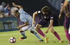 Theo Bongonda del Celta pugna un balón con Sergi Roberto.