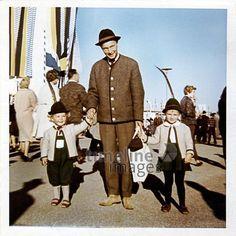 Ausflug zum Oktoberfest Dillo/Timeline Images #1966 #Wiesn #Familie #Volksfest #Bayern #Tracht #Lederhosen #Mode #Fashion #Nostalgie