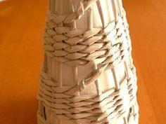 """Ak nechceme rady vždy ukončovať, môžeme prejsť o """"poschodie vyššie"""" tak, že ruličky v rovnakom mieste pretočíme 2x a vedieme o 2 cm vyššie. Tam už pokračujeme v normálnom oplete. Paper Napkins, Projects To Try, Weaving, Crafty, Knitting, Recycled Magazine Crafts, Recipe, Paper Strips, Paper Crafting"""