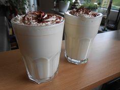 Zutaten    200 ml Eierlikör  800 ml Milch (1,5%)  4 cl Rum  Schlagsahne  Kakaopulver        Zubereitung   Alle Zutaten in einem To...