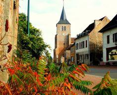 """Bellevesvre : lorsque le clocher de l'église du village fut construit, il était entouré de murs et d'un double fossé avec trois portes. En 1637, les Comtois prirent ce bourg, y mirent le feu notamment à l'hôpital et emportèrent les cloches et l'horloge à Bletterans. L'ancien château dont il ne subsiste plus rien était situé sur la motte au nord de la Bresse. La léproserie était située au bout du pont près de la rivière dans le """"champ de la Maladière"""" aujourd'hui """"champ Maillard"""". Il reste..."""