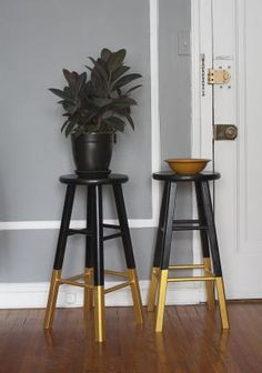 DIY dip paint cheap bar stools for interest // Black & Gold: Bar Stools, Dresser… DIY Dip Paint billige Barhocker für Interesse // Black & Gold: Barhocker, Kommode & Teppich The Wednesday AFTERNOON Scavenger Cheap Bar Stools, Gold Bar Stools, Diy Bar Stools, Diy Stool, Counter Stools, Gold Stool, Kitchen Stools, Furniture Makeover, Diy Furniture