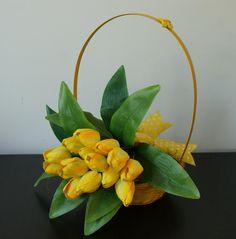 Primavara cu lalele galbene #cos cu #lalele #aranjament #flori #artificiale #floriartificiale #decoratiuni #cadou #unicat #flowerstagram www.beatrixart.ro