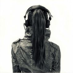 Charcoal Drawing Realistic Juxtapoz Magazine - Girls with Headphones - Next time you find yourself out and about listening to music on your headphones- you might just be serving as inspiration for one of Yanni Floros' ill. National Art School, Cyberpunk, Girl With Headphones, Art Gallery, Illustration Art, Illustrations, Oeuvre D'art, Amazing Art, Awesome
