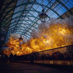 Clouds balloons | Heartbeat is a majestic facility located in the iconic Covent Garden Market in London. This piece of art created by French artist Charles Pétillon 100.00 used white helium balloons. The result is an impressive cloud of balloons covering this market.