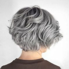 Layered Wavy Gray Bob - Beauty and Hair - Cheveux Layered Bob Short, Short Layered Haircuts, Layered Bob Hairstyles, Short Hair With Layers, Hairstyles Over 50, Cool Hairstyles, Pixie Haircuts, Medium Hairstyles, Hairstyle Short