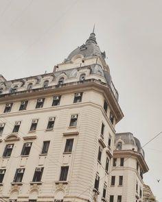 """""""Sombra final se perderá, ligera. No nos une el amor sino el espanto; será por eso que la quiero tanto."""" #borges #jorgeluisborges #poetry #autumn #fall #rainyday #greyday #architecture #arquitectura #building #batiment #stories #instapic #instaphoto #dome #instashot #instamoment #window #instamood #comuna1 #fenetre #buenosaires #Argentina  (en Viamonte Y Uruguay)"""