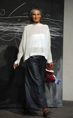 A model walks the runway at the Daniela Gregis Spring/Summer 2012 fashion show as part Milan Womenswear Fashion Week on September 22 2011 in Milan Italy. Mature Fashion, Over 50 Womens Fashion, Fashion Over 50, Mode Outfits, Fashion Outfits, Fashion Tips, Fashion Design, Fashion Trends, Milan Fashion