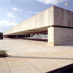 The Brazilian Museum of Sculpture in São Paulo, Brazil, designed by Paulo Mendes da Rocha, 2006 Pritzker Architecture Prize Laureate. Cultural Architecture, Modern Architecture, Luigi Snozzi, Prix Pritzker, Non Plus Ultra, Oscar Niemeyer, Brutalist, Interior Exterior, Brazil