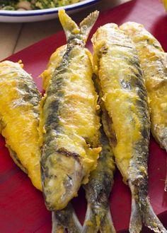 Sardinha frita em polme e migas de caldo verde com feijão frade