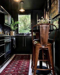 Дом с чернильными оттенками, полный потрясающего искусства и уютных уголков