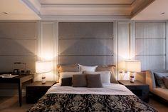 обивка стен текстилем в современной классической спальне в серых тонах
