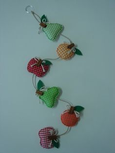 Móbile de frutas Felt Diy, Primitive, Diy And Crafts, Crochet Earrings, Craft Projects, Shabby Chic, Patches, Quilts, Sewing