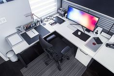 Epic workspace by Mark Jardine. Via @minimalsetups