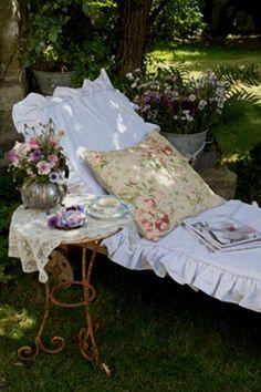 Shabby chic garden by Ana Rosa Outdoor Rooms, Outdoor Gardens, Outdoor Decor, Outdoor Living, Rustic Outdoor, Dream Garden, Home And Garden, Garden Living, Summer Garden