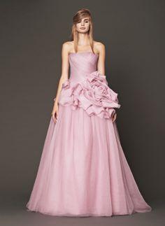 chica usando un vestido de color rosa bebé