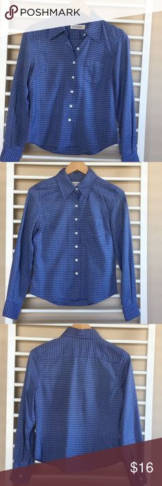 """Banana Republic Women's Fitted Button Down Excellent used condition. This is a gorgeous shirt, the material is luxe and has a very slight sheen. Perfect for a conservative and rich look. It also has a small window pane woven design, semi wide collar and flattering fitted silhouette. 23"""" sleeves, 18"""" bust, 23"""" length. 100% cotton. Non smoking, pet free home. Thanks for shopping my closet! Banana Republic Tops Button Down Shirts"""