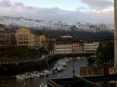 Puerto deportivo y montañas nevadas a pocos kilómetros...(Photo by Esther Rozas)