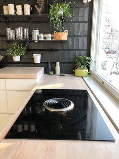 Kitchen cooktop ideas, white kitchen black wall, bora basic cooktop and extractor, DIY kitchen shelves, DIY iron shelf