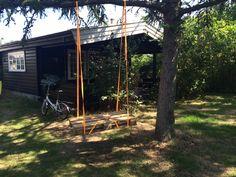Pallet swing Samsø Pallet, Cabin, House Styles, Plants, Home Decor, Shed Base, Decoration Home, Room Decor, Palette