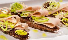 Bruschete cu Sissi șuncă de pui, pastă de măsline și praz Sandwiches, Food, Essen, Meals, Paninis, Yemek, Eten