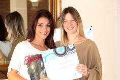 La Docente Valentina Picca Bianchi consegna l'Attestato ad Assunta Mari