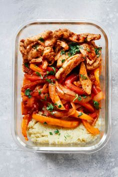 Healthy Meals Chicken Fajita Meal-Prep Bowls - Chicken Fajita Meal Prep Bowls are served with cauliflower mash to create a complete low-carb lunch for the whole week. It's also paleo and gluten-free! Low Carb Lunch, Lunch Meal Prep, Meal Prep Bowls, Healthy Meal Prep, Healthy Lunches, Healthy Delicious Meals, Meal Prep Salads, Lunch Meals, Work Meals