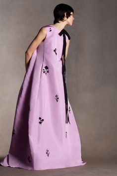 Erdem Pre-Fall 2020 collection, runway looks, beauty, models, and reviews. Fashion Week, Runway Fashion, High Fashion, Fashion Show, Womens Fashion, Designer Kurtis, Vogue Paris, Backstage, Mode Purple