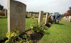 Ibrahim Jerada, employé à la Commission de l'entretien des sépultures de guerre du Commonwealth (Commonwealth War Graves Commission) et chargé du maintien et de la conservation du cimetière au nord de la ville de Gaza, le 17 octobre 2007