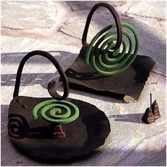 mosquito coil holder - metal but could be made with clay. Ceramics Projects, Clay Projects, Clay Crafts, Diy And Crafts, Projects To Try, Ceramic Pottery, Pottery Art, Ceramic Art, Sculptures Céramiques