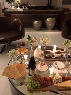 A nice set-up to start an evening with friends! Wine And Cheese Party, Wine Cheese, Breakfast Lunch Dinner, Wine Parties, Food Platters, Romantic Dinners, Romantic Table, Wine Time, Charcuterie Board