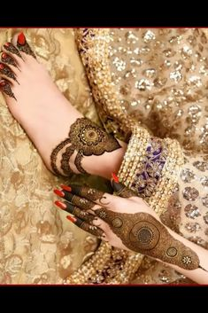 You might be looking for stunning mehndi designs to draw on for the upcoming events. Check out different beautiful and simple mehndi designs. Kashee's Mehndi Designs, Traditional Mehndi Designs, Palm Mehndi Design, Pakistani Mehndi Designs, Legs Mehndi Design, Wedding Mehndi Designs, Mehndi Designs For Fingers, Beautiful Mehndi Design, Mehndi Design Images
