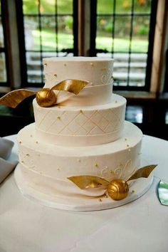 If you two are geeks choosing a wedding theme, why not consider a Harry Potter wedding? Harry Potter books and films are everybody's love – both adults . Harry Potter Torte, Harry Potter Wedding Cakes, Harry Potter Snitch, Harry Potter Thema, Harry Potter Birthday, Harry Potter Theme Cake, Beautiful Cakes, Amazing Cakes, Simply Beautiful