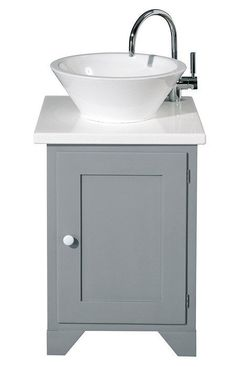 Lite servantskap Noen ganger er det enkle det mest effektfulle. Dette servantskapet er også perfekt på toaletter og små bad. Linen cupboard Original shaker servantskap, 183 x 66 x 51cm, kr 11 290, Fired Earth
