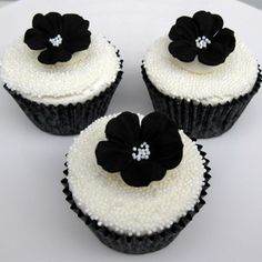 Such pretty black and white #cupcakes!