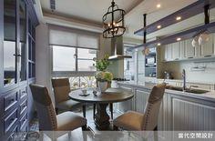 中島上方懸吊餐櫥櫃,並結合燈飾做出造型感,並在一旁更衣室隔牆做出收納設計;地坪則重鋪彩色磁磚,搭配空間紫色主調與圓餐桌,展現色彩與線條的諧和美感。