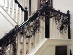 halloween deko treppen dünne zweige kette spinnenetz