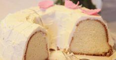 Nimikin sen jo kertoo... Ihana herkullinen pehmoinen kuivakakku! 3 munaa 2 3/4 dl sokeria 1 tl leivinjauhe 1 ½ tl vaniljaso... Fruit Bread, Baked Donuts, Little Cakes, Coffee Cake, Gluten Free Recipes, Vanilla Cake, Cake Recipes, Cake Decorating, Sweet Tooth