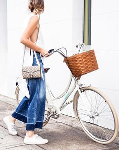 CHRONICLES OF HER is your daily dose of street style and fashion trends. Get style tips and outfit ideas that you can shop right now. Look Street Style, Street Looks, Denim Fashion, Look Fashion, Girl Fashion, Fashion Spring, Fashion Clothes, Cycle Chic, Cool Street Fashion