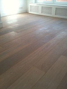 De houten vloer geeft het een echte strandachtige uitstraling, prachtig bij al het wit in de rest van de kamer. #IKEAcatalogus