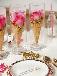 Mariage Table thème gourmandise - cônes de glace avec boutons de roses