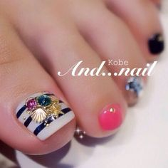 Modern Nail Art Designs that Are Too Cute to Resist Pretty Pedicures, Pretty Toe Nails, Cute Toe Nails, Gorgeous Nails, Pedicure Nail Designs, Pedicure Nail Art, Toe Nail Designs, Toe Nail Art, Gold Toe Nails