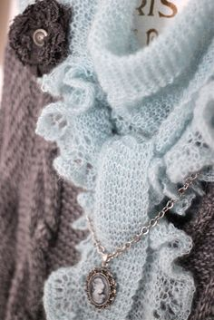 Beautiful (not an English pattern though). Ruffle Scarf, Lace Scarf, Girly, Knitted Shawls, Knitted Scarves, Crochet Fashion, Knitting Projects, Headbands, Knit Crochet