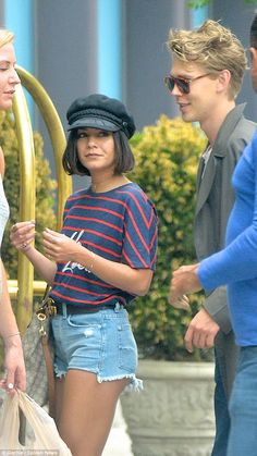 Vanessa Hudgens reunites with long-distance boyfriend Austin Butler Outfits With Hats, Cute Outfits, Zac Efron Movies, Vanessa Hudgens Style, Austin Butler, Clothing Sketches, Shorts Jeans, Marca Personal, Summer Chic