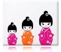 Adesivo Decorativo de Parede contendo três lindas bonecas japonesas Kokeshis. Ideal para decorar o quartinho das meninas de um jeitinho especial e delicado. Monte suas kokeshis com as cores de sua preferência conforme a sua decoração.