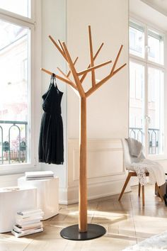 We like the combination of functionality and art in this product. The branches are precisely arranged resulting in a geometric form. With this tree nature and lightness comes into every room. You can use this product as a sculpture or as a clothes rack however you like.