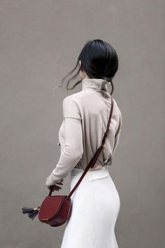 5 Minimalist Ways To Style A Midi Skirt Minimalist Bag, Minimalist Fashion, Minimalist Clothing, Look Fashion, Fashion Beauty, Fashion Outfits, Fashion Tips, Fall Capsule Wardrobe, Evening Outfits