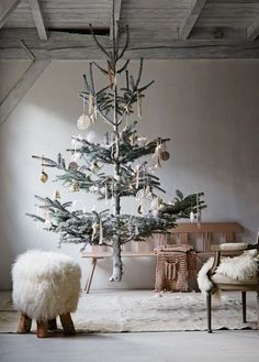10 cozy winter holidays with Christmas trees - Dekorieren - Welcome Decor Noel Christmas, Rustic Christmas, All Things Christmas, Winter Christmas, Vintage Christmas, Minimal Christmas, Simple Christmas, Minimalist Christmas Tree, Charlie Brown Christmas Tree