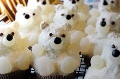 Polar Bears....soooo cute.  Might even make these for myyyyy birthday....(I will just be a 40 year old kid...)